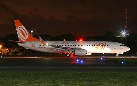 FOTO NOTURNA BOEING 737 SÉRIE 800 DA GOL